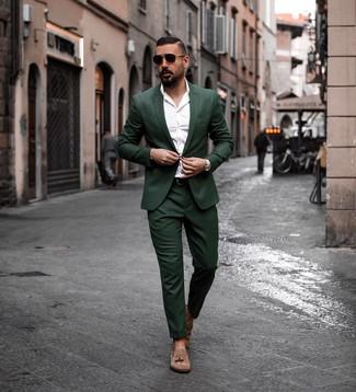 Dunkelgrünen Anzug kombinieren: trends 2020: Tragen Sie einen dunkelgrünen Anzug und ein weißes Langarmhemd, um vor Klasse und Perfektion zu strotzen. Vervollständigen Sie Ihr Look mit braunen Wildleder Slippern mit Quasten.