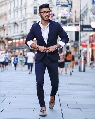 Silberne Uhr kombinieren – 776+ Elegante Herren Outfits: Tragen Sie einen dunkelblauen Anzug und eine silberne Uhr für ein bequemes Outfit, das außerdem gut zusammen passt. Fühlen Sie sich mutig? Wählen Sie grauen Wildleder Slipper mit Quasten.