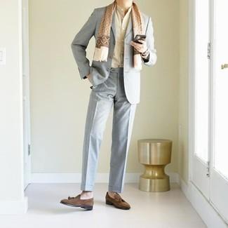 Hellbeige Langarmhemd kombinieren – 434 Herren Outfits: Paaren Sie ein hellbeige Langarmhemd mit einem grauen Anzug, um vor Klasse und Perfektion zu strotzen. Dunkelbraune Wildleder Slipper mit Quasten sind eine perfekte Wahl, um dieses Outfit zu vervollständigen.