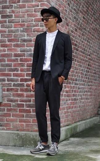 Schwarzen Wollhut kombinieren: trends 2020: Entscheiden Sie sich für einen schwarzen Anzug und einen schwarzen Wollhut für ein sonntägliches Mittagessen mit Freunden. Wenn Sie nicht durch und durch formal auftreten möchten, entscheiden Sie sich für grauen Sportschuhe.