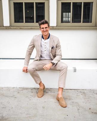 Hellbeige Wildleder Slipper kombinieren: Smart-Casual-Outfits: trends 2020: Tragen Sie einen hellbeige Anzug und ein weißes Langarmshirt mit einer Knopfleiste, um einen modischen Freizeitlook zu kreieren. Fügen Sie hellbeige Wildleder Slipper für ein unmittelbares Style-Upgrade zu Ihrem Look hinzu.