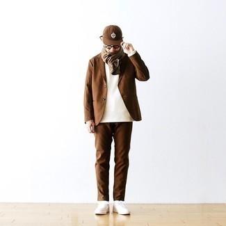 Transparente Sonnenbrille kombinieren – 500+ Herren Outfits: Kombinieren Sie einen braunen Anzug mit einer transparenten Sonnenbrille für ein bequemes Outfit, das außerdem gut zusammen passt. Weiße Segeltuch niedrige Sneakers fügen sich nahtlos in einer Vielzahl von Outfits ein.