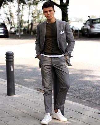 Herren Outfits 2021: Kombinieren Sie einen grauen Anzug mit einem weißen T-Shirt mit einem Rundhalsausschnitt für Ihren Bürojob. Machen Sie diese Aufmachung leger mit weißen Leder niedrigen Sneakers.