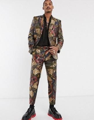 Wie kombinieren: mehrfarbiger Anzug aus Brokat, schwarzes Seidelangarmhemd, schwarze Leder Derby Schuhe, schwarze Socken
