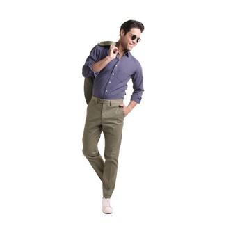 Wie kombinieren: olivgrüner Anzug, dunkelblaues gepunktetes Langarmhemd, weiße Leder niedrige Sneakers, schwarze Sonnenbrille