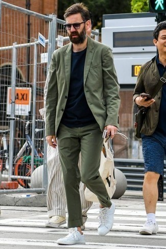 Weiße Segeltuch niedrige Sneakers kombinieren: trends 2020: Kombinieren Sie einen olivgrünen Anzug mit einem dunkelblauen T-Shirt mit einem Rundhalsausschnitt, wenn Sie einen gepflegten und stylischen Look wollen. Suchen Sie nach leichtem Schuhwerk? Komplettieren Sie Ihr Outfit mit weißen Segeltuch niedrigen Sneakers für den Tag.