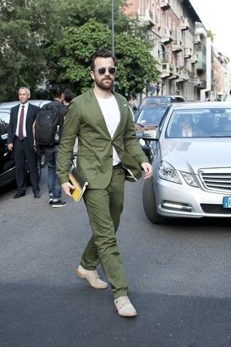 Herren Outfits & Modetrends 2020 für Sommer: Kombinieren Sie einen olivgrünen Anzug mit einem weißen T-Shirt mit einem Rundhalsausschnitt für Ihren Bürojob. Fühlen Sie sich ideenreich? Vervollständigen Sie Ihr Outfit mit hellbeige Doppelmonks aus Wildleder. Das Outfit ist einfach mega für den Sommer.