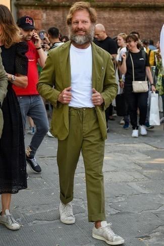 Weißes Einstecktuch kombinieren: trends 2020: Paaren Sie einen olivgrünen Anzug mit einem weißen Einstecktuch, um mühelos alles zu meistern, was auch immer der Tag bringen mag. Ergänzen Sie Ihr Look mit weißen Segeltuch niedrigen Sneakers.
