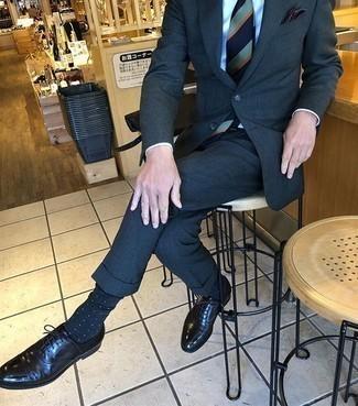 Dunkelblaue und weiße gepunktete Socken kombinieren – 69 Herren Outfits: Paaren Sie einen dunkelblauen Anzug mit dunkelblauen und weißen gepunkteten Socken für ein bequemes Outfit, das außerdem gut zusammen passt. Fühlen Sie sich mutig? Wählen Sie schwarzen Leder Oxford Schuhe.