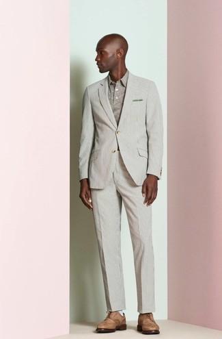 Wie kombinieren: hellbeige vertikal gestreifter Anzug, hellbeige Polohemd, braune Leder Brogues, olivgrünes Einstecktuch