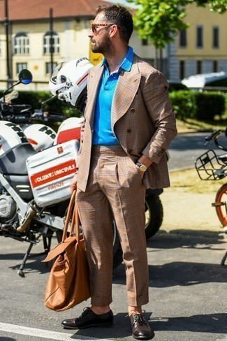 Rotbraune Shopper Tasche aus Leder kombinieren: trends 2020: Kombinieren Sie einen beige Anzug mit Schottenmuster mit einer rotbraunen Shopper Tasche aus Leder für einen bequemen Alltags-Look. Fühlen Sie sich ideenreich? Ergänzen Sie Ihr Outfit mit dunkelbraunen Leder Derby Schuhen.