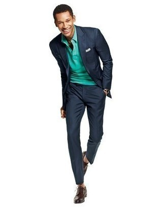 20 Jährige: Smart-Casual Outfits Herren 2021: Vereinigen Sie einen dunkelblauen Anzug mit einem grünen Polohemd, wenn Sie einen gepflegten und stylischen Look wollen. Komplettieren Sie Ihr Outfit mit dunkelbraunen Leder Derby Schuhen, um Ihr Modebewusstsein zu zeigen.