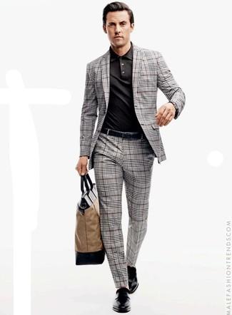 Wie kombinieren: grauer Anzug mit Schottenmuster, schwarzes Polohemd, schwarze Doppelmonks aus Leder, beige Shopper Tasche aus Segeltuch