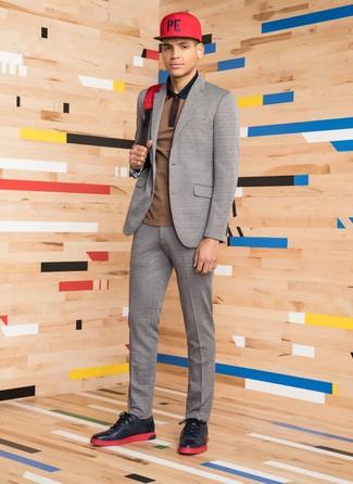 Wie kombinieren: grauer Wollanzug, braunes Polohemd, schwarze Leder niedrige Sneakers, roter Segeltuch Rucksack