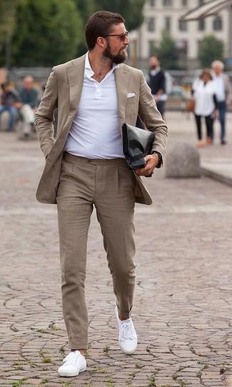 Wie kombinieren: beige Anzug, weißes Polohemd, weiße Segeltuch niedrige Sneakers, schwarze Leder Clutch Handtasche