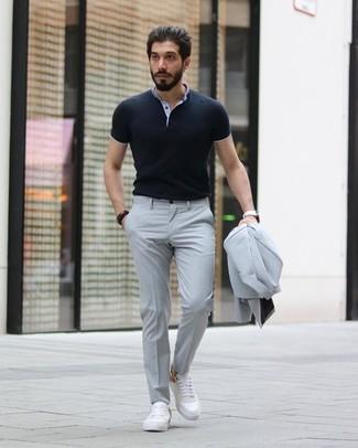 Dunkelbraunes Armband kombinieren: trends 2020: Erwägen Sie das Tragen von einem grauen Anzug und einem dunkelbraunen Armband, um mühelos alles zu meistern, was auch immer der Tag bringen mag. Weiße Leder niedrige Sneakers sind eine gute Wahl, um dieses Outfit zu vervollständigen.