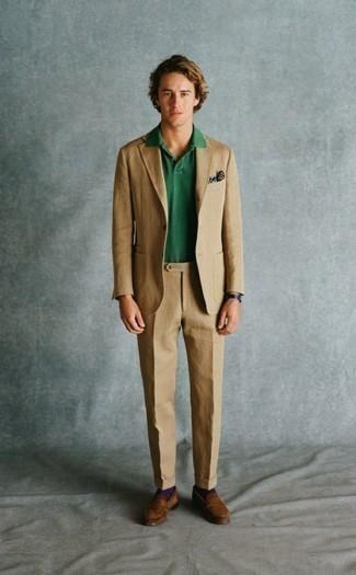 Dunkelblaues und weißes bedrucktes Einstecktuch kombinieren: trends 2020: Kombinieren Sie einen beige Anzug mit einem dunkelblauen und weißen bedruckten Einstecktuch, um mühelos alles zu meistern, was auch immer der Tag bringen mag. Setzen Sie bei den Schuhen auf die klassische Variante mit braunen Wildleder Slippern.