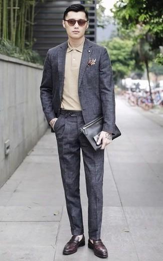 Dunkelrote Leder Slipper kombinieren: trends 2020: Kombinieren Sie einen dunkelgrauen Anzug mit einem hellbeige Polohemd, wenn Sie einen gepflegten und stylischen Look wollen. Fühlen Sie sich ideenreich? Wählen Sie dunkelroten Leder Slipper.