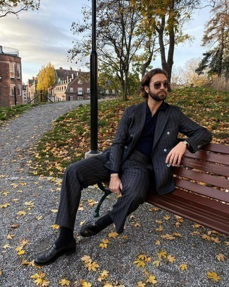Schwarze Lederuhr kombinieren – 1200+ Herren Outfits: Erwägen Sie das Tragen von einem dunkelgrauen vertikal gestreiften Anzug und einer schwarzen Lederuhr für ein Alltagsoutfit, das Charakter und Persönlichkeit ausstrahlt. Fühlen Sie sich ideenreich? Komplettieren Sie Ihr Outfit mit schwarzen Leder Slippern.