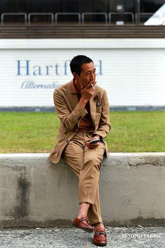 Braune Lederuhr kombinieren – 1200+ Herren Outfits: Erwägen Sie das Tragen von einem beige Anzug und einer braunen Lederuhr, um einen lockeren, aber dennoch stylischen Look zu erhalten. Fühlen Sie sich ideenreich? Ergänzen Sie Ihr Outfit mit braunen Leder Slippern.