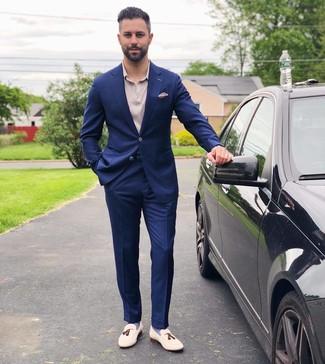 Hellbeige Einstecktuch kombinieren: trends 2020: Vereinigen Sie einen dunkelblauen Anzug mit einem hellbeige Einstecktuch für einen bequemen Alltags-Look. Heben Sie dieses Ensemble mit weißen Leder Slippern mit Quasten hervor.