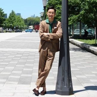Herren Outfits 2020: Kombinieren Sie einen braunen Anzug mit einem grünen Polohemd für einen für die Arbeit geeigneten Look. Ergänzen Sie Ihr Outfit mit dunkelbraunen Wildleder Slippern mit Quasten, um Ihr Modebewusstsein zu zeigen.