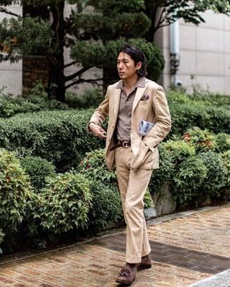 Violettes bedrucktes Einstecktuch kombinieren – 51 Herren Outfits: Erwägen Sie das Tragen von einem beige Anzug und einem violetten bedruckten Einstecktuch, um einen lockeren, aber dennoch stylischen Look zu erhalten. Fühlen Sie sich ideenreich? Komplettieren Sie Ihr Outfit mit dunkelbraunen Wildleder Slippern mit Quasten.
