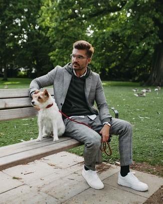 Weiße Leder niedrige Sneakers kombinieren – 500+ Herren Outfits: Kombinieren Sie einen grauen Anzug mit Schottenmuster mit einem dunkelgrauen Pullover mit einem Kapuze, wenn Sie einen gepflegten und stylischen Look wollen. Suchen Sie nach leichtem Schuhwerk? Wählen Sie weißen Leder niedrige Sneakers für den Tag.