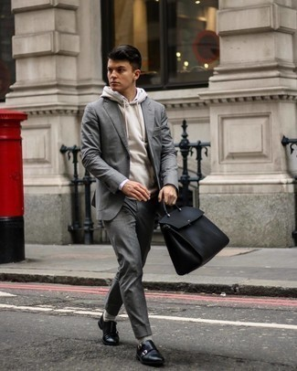 Socken kombinieren – 500+ Herren Outfits: Paaren Sie einen grauen Anzug mit Socken, um mühelos alles zu meistern, was auch immer der Tag bringen mag. Setzen Sie bei den Schuhen auf die klassische Variante mit schwarzen Doppelmonks aus Leder.