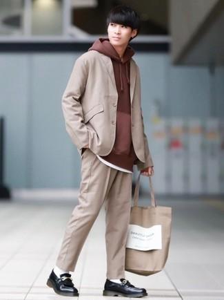 Braunen Pullover mit einem Kapuze kombinieren – 54 Herren Outfits: Kombinieren Sie einen braunen Pullover mit einem Kapuze mit einem beige Anzug für Drinks nach der Arbeit. Fühlen Sie sich mutig? Vervollständigen Sie Ihr Outfit mit schwarzen Leder Slippern mit Fransen.