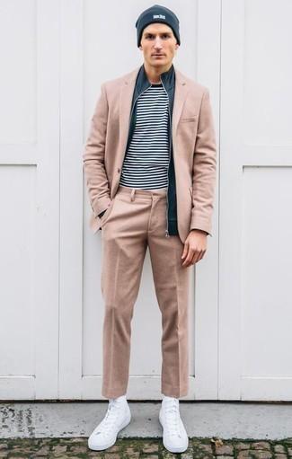 Dunkelblauen Pullover mit einem Reißverschluß kombinieren: trends 2020: Entscheiden Sie sich für einen klassischen Stil in einem dunkelblauen Pullover mit einem Reißverschluß und einem beige Anzug. Fühlen Sie sich mutig? Ergänzen Sie Ihr Outfit mit weißen hohen Sneakers aus Segeltuch.