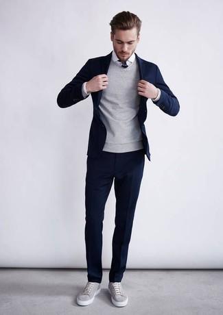 4551542dd4d9 Herrenmode › Herrenmode der 30er Jahre Vereinigen Sie einen dunkelblauen  Anzug mit einem grauen Pullover mit einem Rundhalsausschnitt, um vor Klasse
