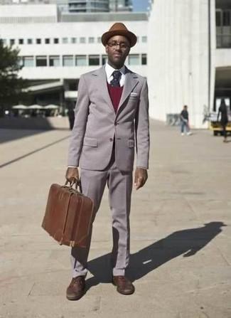 Braunen Wollhut kombinieren: trends 2020: Vereinigen Sie einen grauen Anzug mit einem braunen Wollhut, um mühelos alles zu meistern, was auch immer der Tag bringen mag.