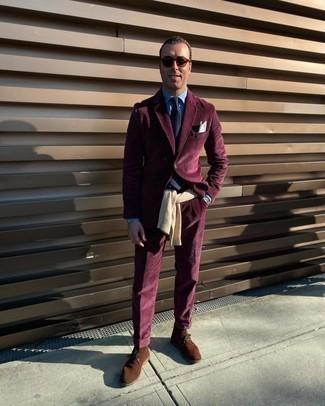 Dunkelroten Cordanzug kombinieren – 3 Herren Outfits: Tragen Sie einen dunkelroten Cordanzug und einen hellbeige Pullover mit einem Rundhalsausschnitt, um vor Klasse und Perfektion zu strotzen. Braune Chukka-Stiefel aus Wildleder verleihen einem klassischen Look eine neue Dimension.