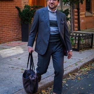 Elegante Outfits Herren 2020: Kombinieren Sie einen dunkelblauen vertikal gestreiften Anzug mit einem grauen horizontal gestreiften Pullover mit einem Rundhalsausschnitt, um einen eleganten, aber nicht zu festlichen Look zu kreieren. Heben Sie dieses Ensemble mit braunen Wildleder Slippern hervor.