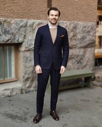 Beige Pullover mit einem Rundhalsausschnitt kombinieren – 500+ Herren Outfits: Kombinieren Sie einen beige Pullover mit einem Rundhalsausschnitt mit einem dunkelblauen Anzug, um vor Klasse und Perfektion zu strotzen. Dunkelbraune Leder Oxford Schuhe bringen Eleganz zu einem ansonsten schlichten Look.