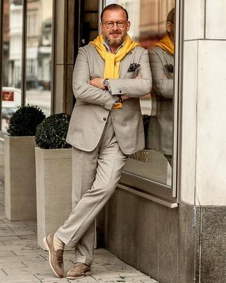 hellbeige Anzug, gelber Pullover mit einem Rundhalsausschnitt, hellblaues Langarmhemd, hellbeige Wildleder Slipper für Herren