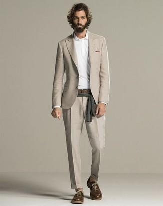 Hellbeige Anzug kombinieren: trends 2020: Kombinieren Sie einen hellbeige Anzug mit einem weißen Polo Pullover für eine klassischen und verfeinerte Silhouette. Wenn Sie nicht durch und durch formal auftreten möchten, ergänzen Sie Ihr Outfit mit dunkelbraunen Leder Derby Schuhen.