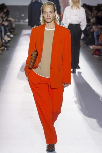 roter Anzug, beige Pullover mit einem Rundhalsausschnitt, weißes T-Shirt mit einem Rundhalsausschnitt, dunkelbraune Leder Oxford Schuhe für Damen