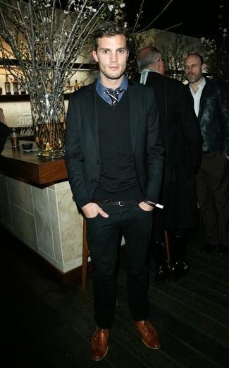 Jamie Dornan trägt Schwarzer Anzug, Schwarzer Pullover mit V-Ausschnitt, Dunkelblaues Businesshemd mit Schottenmuster, Braune Leder Brogues