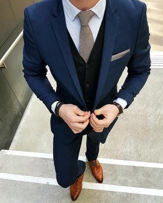 Wie kombinieren: dunkelblauer Anzug, schwarzer Pullunder, weißes Businesshemd, rotbraune Leder Derby Schuhe