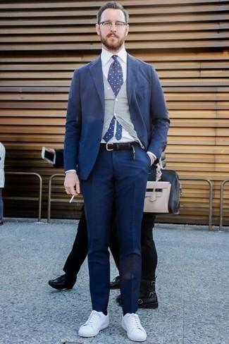 Businesshemd kombinieren für Herbst: trends 2020: Vereinigen Sie ein Businesshemd mit einem dunkelblauen Anzug für einen stilvollen, eleganten Look. Fühlen Sie sich ideenreich? Entscheiden Sie sich für weißen Segeltuch niedrige Sneakers. Dieser Look ist ein perfektes Herbst-Outfit.