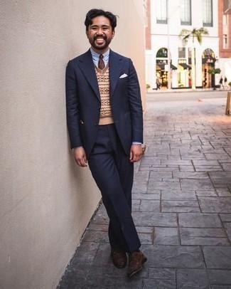 Dunkelbraune Wildleder Oxford Schuhe kombinieren: trends 2020: Vereinigen Sie einen dunkelblauen Anzug mit einem beige bedruckten Pullunder für einen stilvollen, eleganten Look. Dunkelbraune Wildleder Oxford Schuhe fügen sich nahtlos in einer Vielzahl von Outfits ein.
