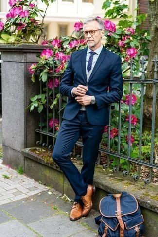 Grauen Pullunder kombinieren: trends 2020: Kombinieren Sie einen grauen Pullunder mit einem dunkelblauen Anzug für eine klassischen und verfeinerte Silhouette. Fühlen Sie sich ideenreich? Vervollständigen Sie Ihr Outfit mit rotbraunen Leder Derby Schuhen.