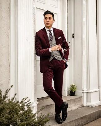 Dunkelroten Cordanzug kombinieren – 6 Herren Outfits: Vereinigen Sie einen dunkelroten Cordanzug mit einem grauen Pullunder für eine klassischen und verfeinerte Silhouette. Schwarze Leder Oxford Schuhe sind eine ideale Wahl, um dieses Outfit zu vervollständigen.