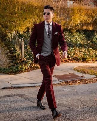 Dunkelroten Cordanzug kombinieren – 6 Herren Outfits: Entscheiden Sie sich für einen dunkelroten Cordanzug und einen grauen Pullunder, um vor Klasse und Perfektion zu strotzen. Schwarze Leder Oxford Schuhe sind eine kluge Wahl, um dieses Outfit zu vervollständigen.