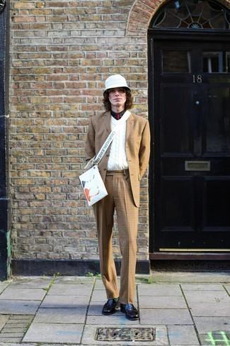 Schwarze Leder Slipper kombinieren – 500+ Herren Outfits: Paaren Sie einen beige Anzug mit Karomuster mit einem weißen Pullunder für einen stilvollen, eleganten Look. Ergänzen Sie Ihr Look mit schwarzen Leder Slippern.
