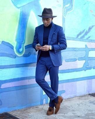 Hellblaues Businesshemd kombinieren – 500+ Herren Outfits: Erwägen Sie das Tragen von einem hellblauen Businesshemd und einem dunkelblauen vertikal gestreiften Anzug für eine klassischen und verfeinerte Silhouette. Ergänzen Sie Ihr Look mit braunen Wildleder Slippern mit Quasten.