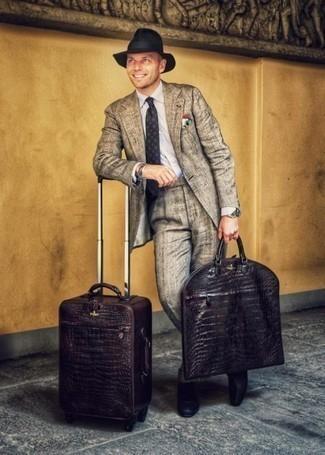 Dunkelbraunen Koffer kombinieren – 15 Herren Outfits: Vereinigen Sie einen grauen Anzug mit einem dunkelbraunen Koffer für ein Alltagsoutfit, das Charakter und Persönlichkeit ausstrahlt. Schwarze Leder Slipper bringen Eleganz zu einem ansonsten schlichten Look.