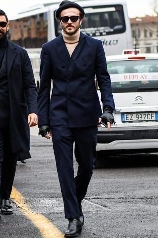Schwarze Chelsea Boots aus Leder kombinieren: trends 2020: Erwägen Sie das Tragen von einem dunkelblauen Anzug und einem hellbeige Wollrollkragenpullover, um vor Klasse und Perfektion zu strotzen. Schwarze Chelsea Boots aus Leder sind eine perfekte Wahl, um dieses Outfit zu vervollständigen.